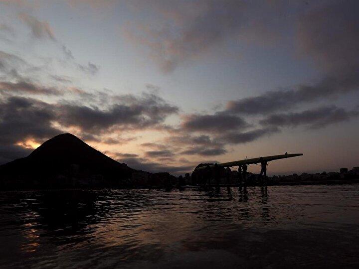 Kürekçiler sabahın erken saatlerinde kayıklarını suya indiriyor.