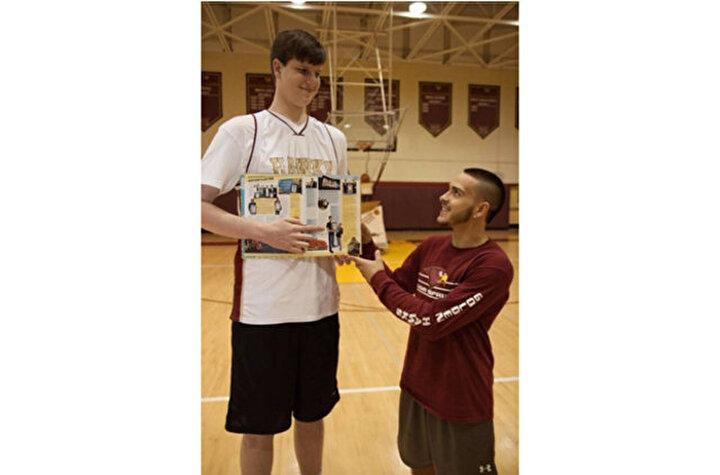 Romada Andre Bargnani gibi bir yıldızı yetiştiren Stella Azzurra Basketbol Okuluyla 2014te sözleşme imzaladı. O zaman 68 kilo Bobroczky, 2 yılda 14 kilo aldı.