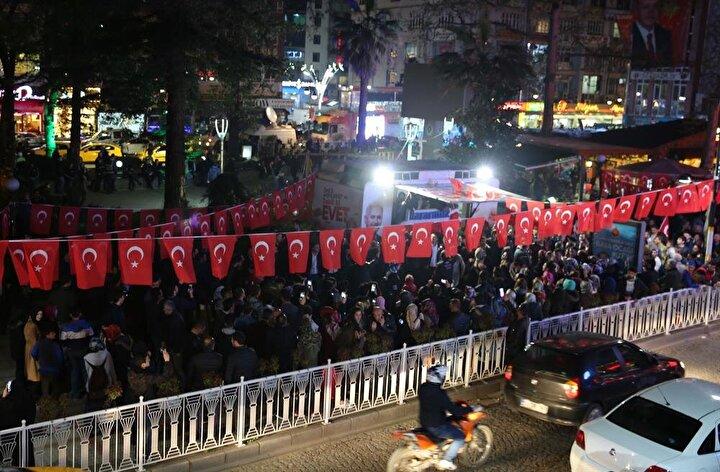 Tuzcuoğlu Memişağa Belediye Parkında toplanan kalabalık Recep Tayyip Erdoğan şarkısına eşlik etti, kemençe eşliğinde horon oynadı.