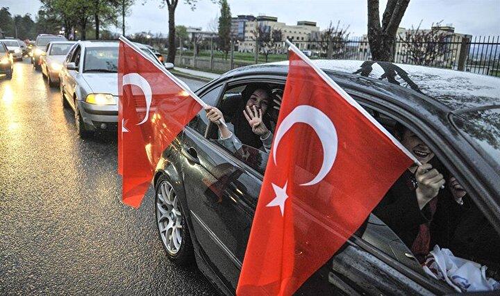 Saraybosnada okuyan Türk öğrencilerden Ahmet Can, 16 Nisanın demokrasi ve milli iradenin zafer gecesi olduğunu söyledi.