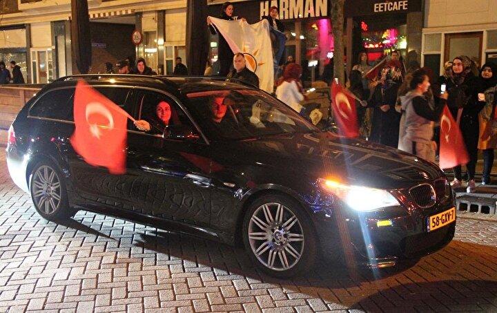 """Başkonsolosluk önünde toplandıktan sonra konvoy oluşturarak şehir turu atan Hollandalı Türkler ayrıca dev bir Türk bayrağı açıp, """"Recep Tayyip Erdoğan ve En büyük Türkiye sloganları attı."""