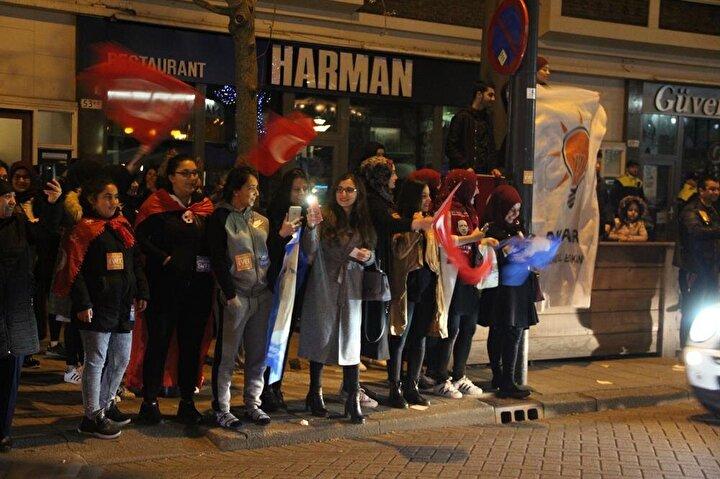 Türk vatandaşları ellerinde Türk bayraklarıyla Türkiye'nin Rotterdam Başkonsolosluğu önünde toplandı.