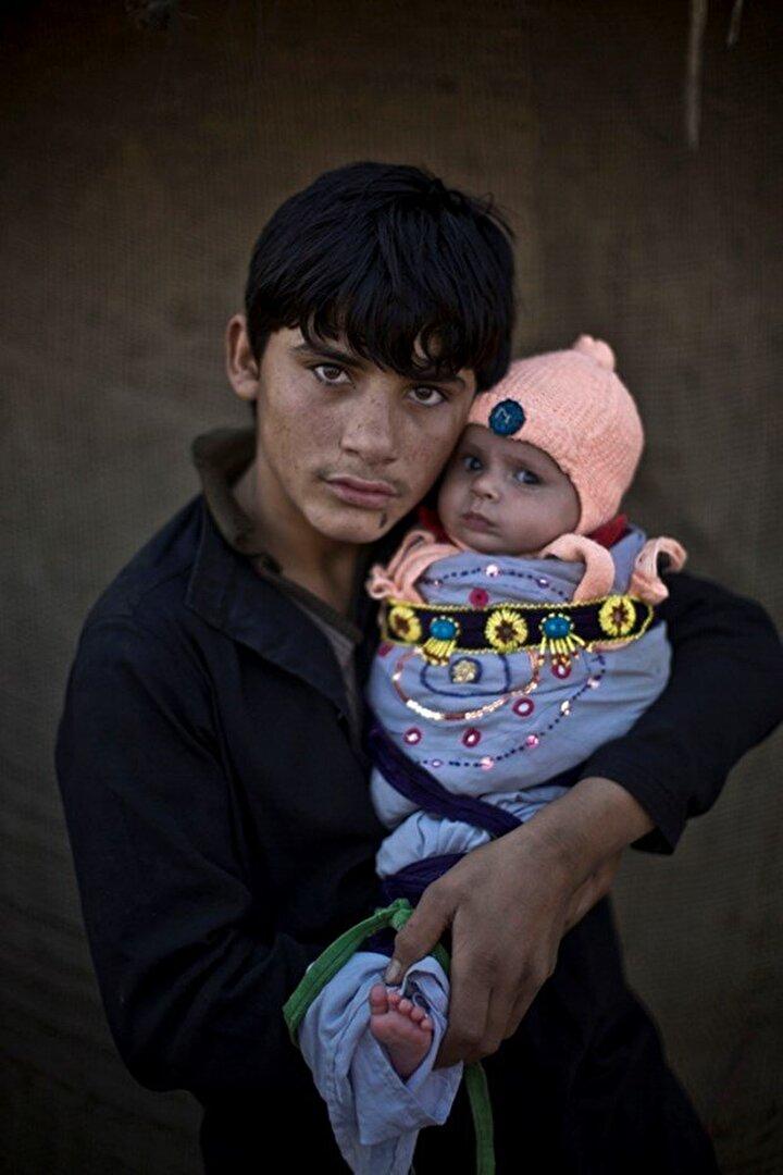 Bu göç nedeniyle, Pakistanda doğup büyüyen yeni bir Afgan jenerasyonu yaşıyor. 15 yaşındaki Shahzada Saleem, 2 yaşındaki yeğeni Satarayı tutuyor.