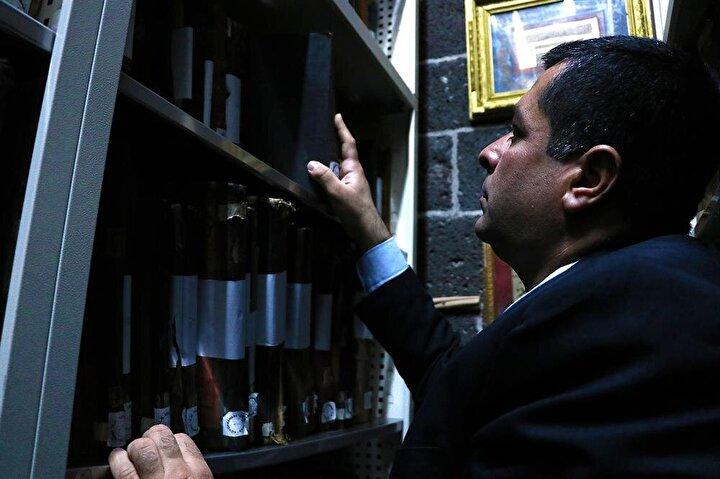 Kütüphane Müdürü Mehmet Baran AA muhabirine yaptığı açıklamada, eserlerin 7 gün 24 saat esasına göre iklimlendirme sistemiyle ısı ve nem dengesi sağlanan odada tutulduğunu söyledi.