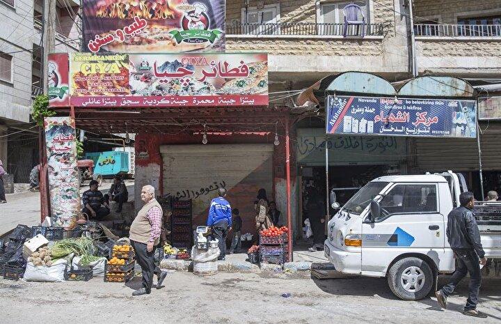 Seyyar satıcıların da cadde ve sokaklarda görüldüğü ilçe merkezinde biriken çöplerin toplanmasına, sokakların temizlenmesine başlandı.