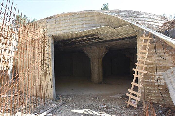 Tünelin sonunda dairesel biçimde inşa edilmiş bir lobi çıkıyor.