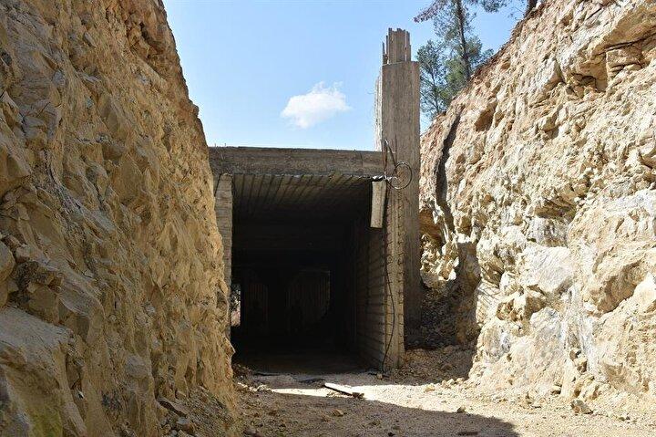 Zeminden ana girişe inen 8 metre genişlikteki yol, yer altına girdikten sonra yaklaşık 100 metre uzunluğundaki bir tünelle devam ediyor.