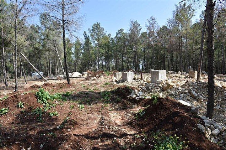 AAnın görüntülediği ve inşası bitme aşamasındaki yer altı karargahı, Afrini çevreleyen dağlarda bir ormanlık alanda yer alıyor.