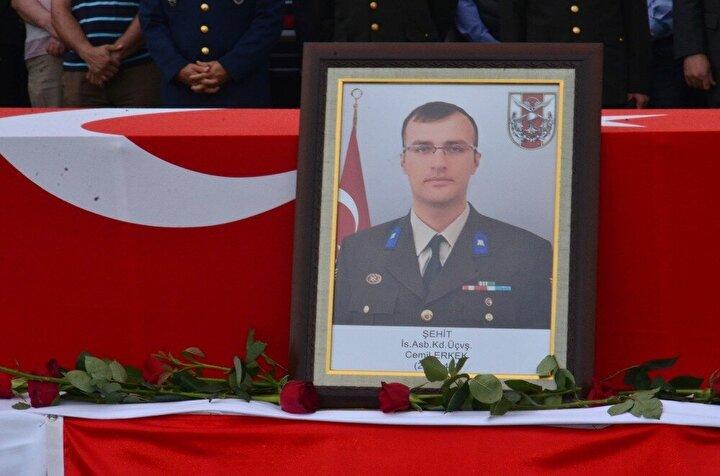 Cenaze törenine katılan Milli Savunma Bakanı Nurettin Canikli de şehidin naaşını omuzlayarak son görevini yaptı.