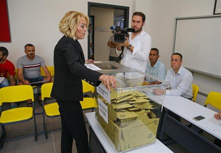 Seçmenler, Türkiye genelinde kurulan 180 bin 65 sandıkta oylarını kullandı.