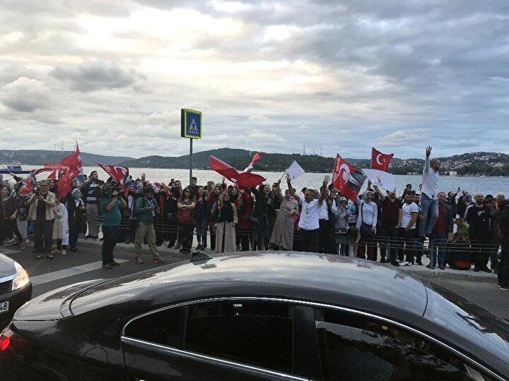 AK Partili vatandaşlar da seçim sonuçlarının açıklanmaya başlaması ile birlikte Huber Köşkü önüne gitti.