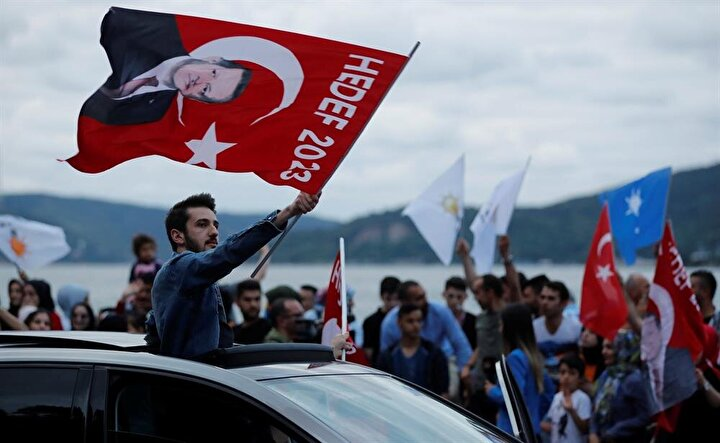 Cumhurbaşkanı Erdoğan, Kısıklı'daki ikametinden çıkarak akşam saatlerinde seçim sonuçlarını takip etmek için Tarabya'daki Huber Köşkü'ne geçmişti.
