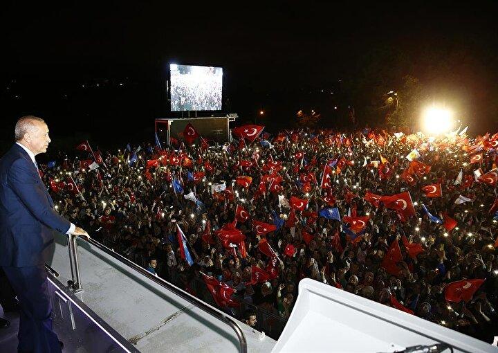 Cumhurbaşkanı ve AK Parti Genel Başkanı Recep Tayyip Erdoğan, Allahıma hamdediyorum. Ya Rab, bu kulunu bu millete hizmetkar eyledin, sana ne kadar hamdetsek azdır diyorum. dedi.