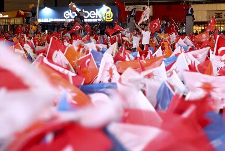 Binlerce kişi ellerinde Türk bayrağı, AK Parti ile MHP bayrakları ve meşaleler eşliğinde kutlama yaptı.