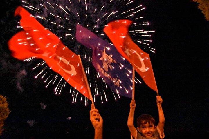 Kutlamalarda, havai fişek gösterileri yapıldı.