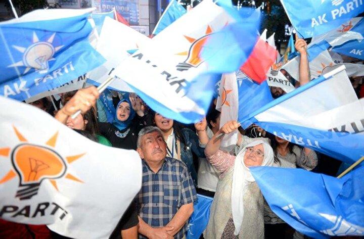 Ellerinde Türk ve AK Parti bayraklarıyla meydanlarda toplanan vatandaşlar da Recep Tayyip Erdoğan, Demokrasi kazandı, Ne mutlu Türküm diyene şeklinde sloganlar attı.