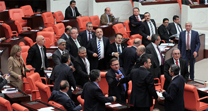 MHPden ise Oktay Vural, Şefkat Çetin, Mehmet Günal, Emin Haluk Ayhan, Atila Kaya, Ekmeleddin İhsanoğlu, Ahmet Kenan Tanrıkulu, Mehmet Erdoğan yeni dönemde Mecliste yer almayacak isimler arasında bulunuyor.
