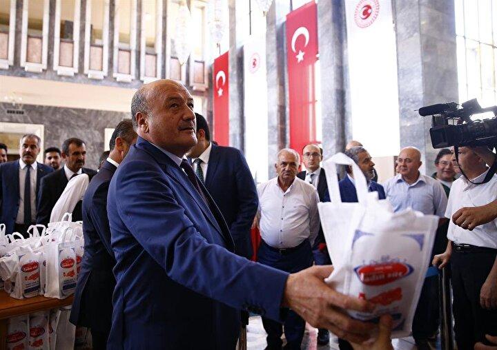 AK Parti Erzincan milletvekili Süleyman Karaman (solda), TBMMye gelerek kayıt yaptırdı. Karaman, basın mensuplarına tulum peyniri dağıttı.