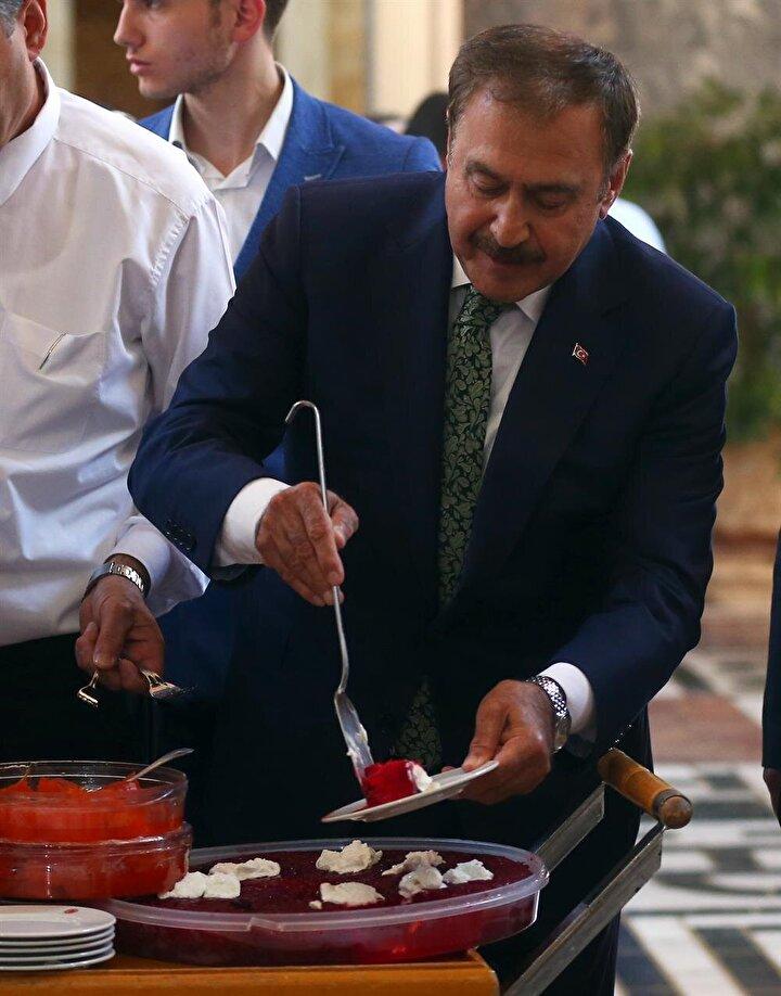 Orman ve Su İşleri Bakanı ve AK Parti Afyonkarahisar Milletvekili Veysel Eroğlu, TBMMye gelerek kayıt oldu. Bakan Eroğlu, TBMM şeref holünde ekmek kadayıfı dağıttı.
