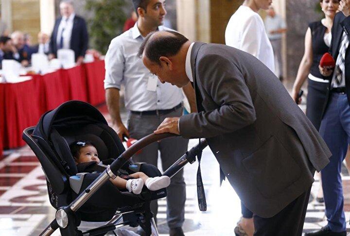 CHP Karabük Milletvekili Hüseyin Avni Aksoy, 2.5 aylık torunu Melisa Deren ile TBMMye gelerek kayıt yaptırdı.