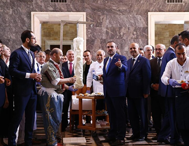 AK Parti Genel Başkan Yardımcısı ve Parti Sözcüsü Mahir Ünal (ortada), diğer AK Parti Kahramanmaraş milletvekilleriyle birlikte Meclise gelerek kayıt oldu. Kayıt işleminin ardından Ünal, Maraş dondurması kesip basın mensuplarına ikram etti.