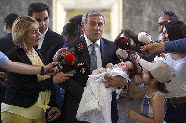 CHP Ankara Milletvekili Yıldırım Kay, kaydını yaptırdıktan sonra torunu Larayı kucağına alıp basın mensuplarına açıklama yaptı.