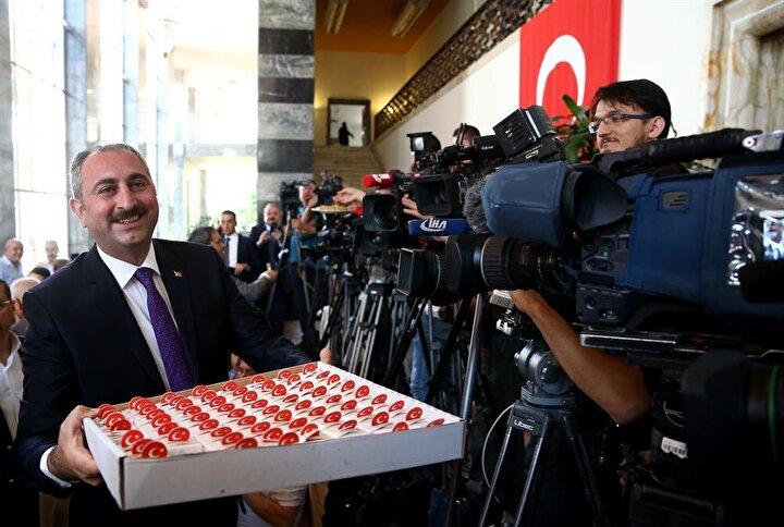 Gül, beraberindeki Gaziantep milletvekilleri ile basın mensuplarına baklava ikram etti.