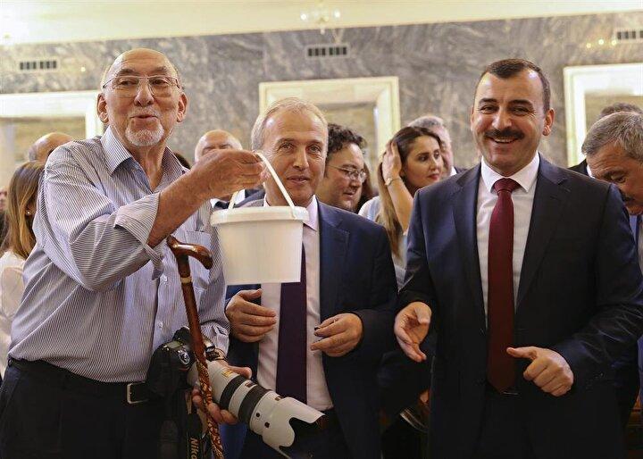 TBMMde kaydını yaptıran AK Parti Zonguldak Milletvekili Hamdi Uçar (ortada), Zonguldak Milletvekilleri ile birlikte, meclisin en tecrübeli gazetecisi Mustafa İstemiye (solda) baston ve yoğurt hediye etti.