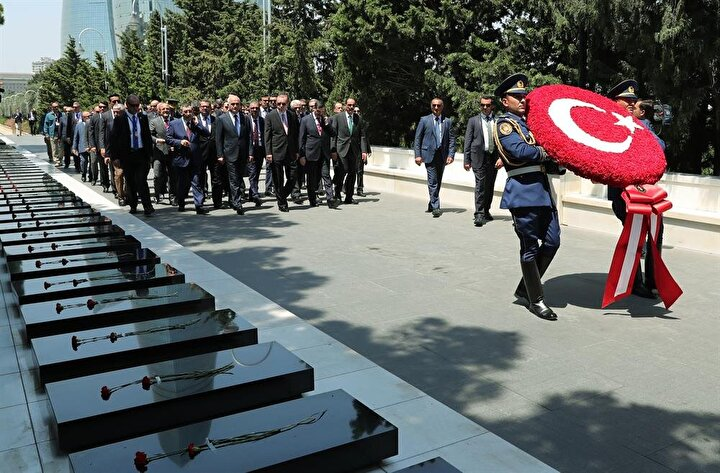 Bakü Türk Şehitliğine de geçti.