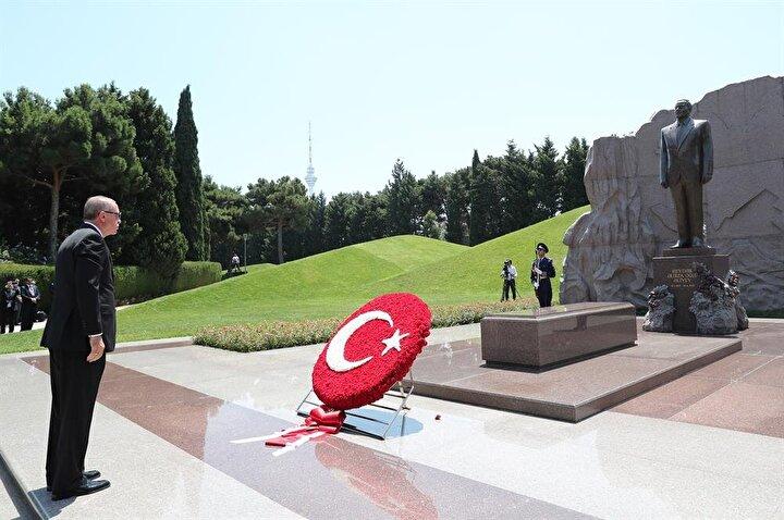 Askeri bando İstiklal Marşı ile Azerbaycan Milli Marşını çaldı.