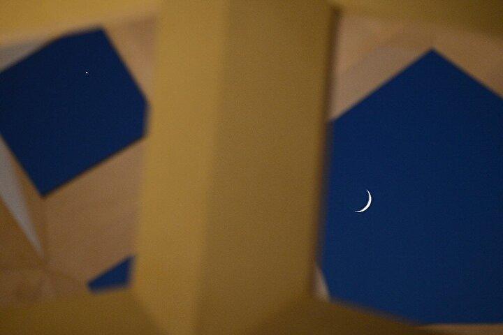 Birçok ilde güneşin batmasına yakın saatlerde görünmeye başlayan ay ve yıldız, birbirine çok yakın şekilde görüntülendi.