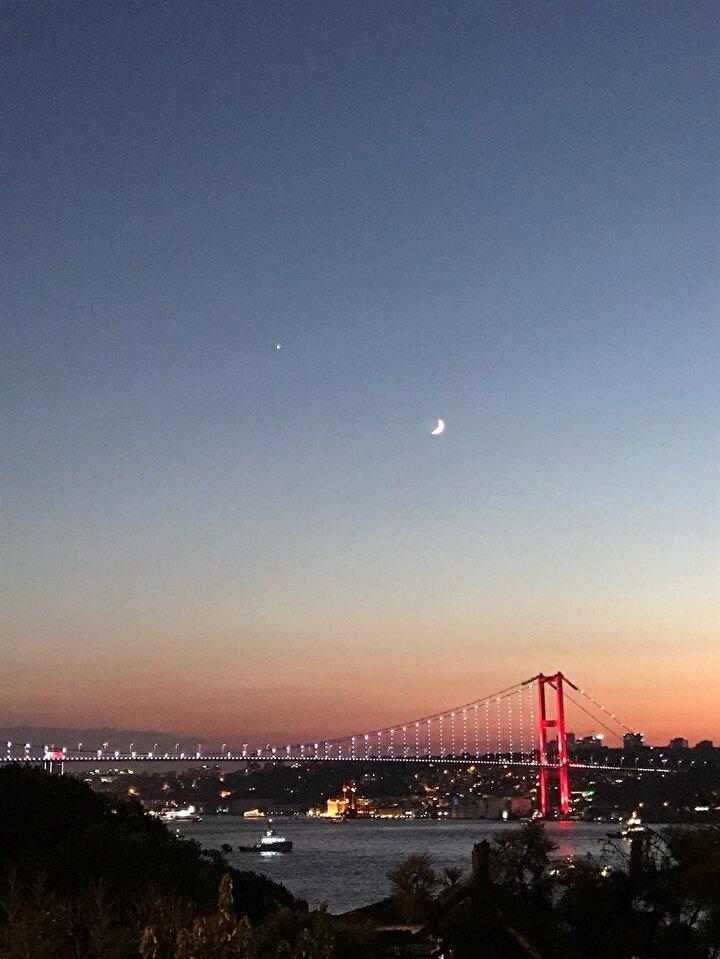 Hilal ile ay gökyüzünde Türk bayrağını simgeledi