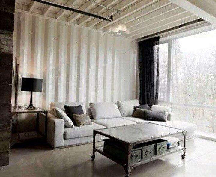 Daha aydınlık olması ve ferahlık hissi için konteyner evde oturma odası beyaza boyandı.