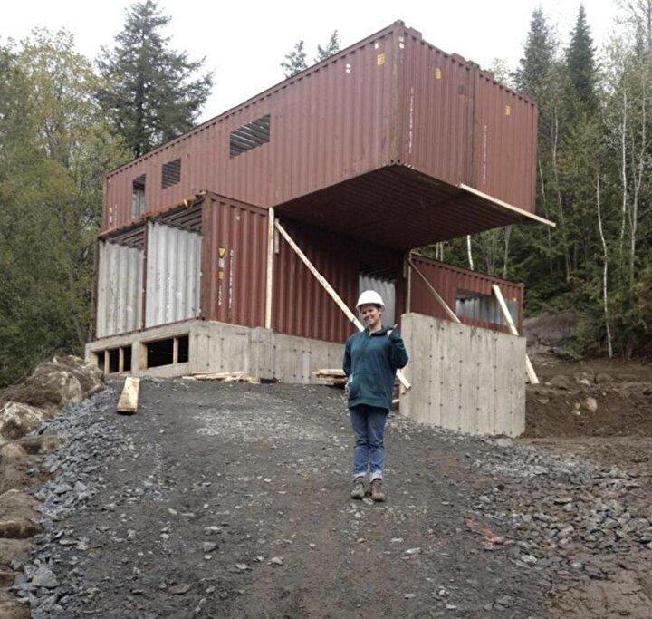 Kanadada yaşayan genç kadın ev inşa etmeyi seviyor. Alışılagelmişten uzak ve farklı evler inşa eden Claudie Dubreuil kendi evini tasarlarken gemi konteyneri kullandı.