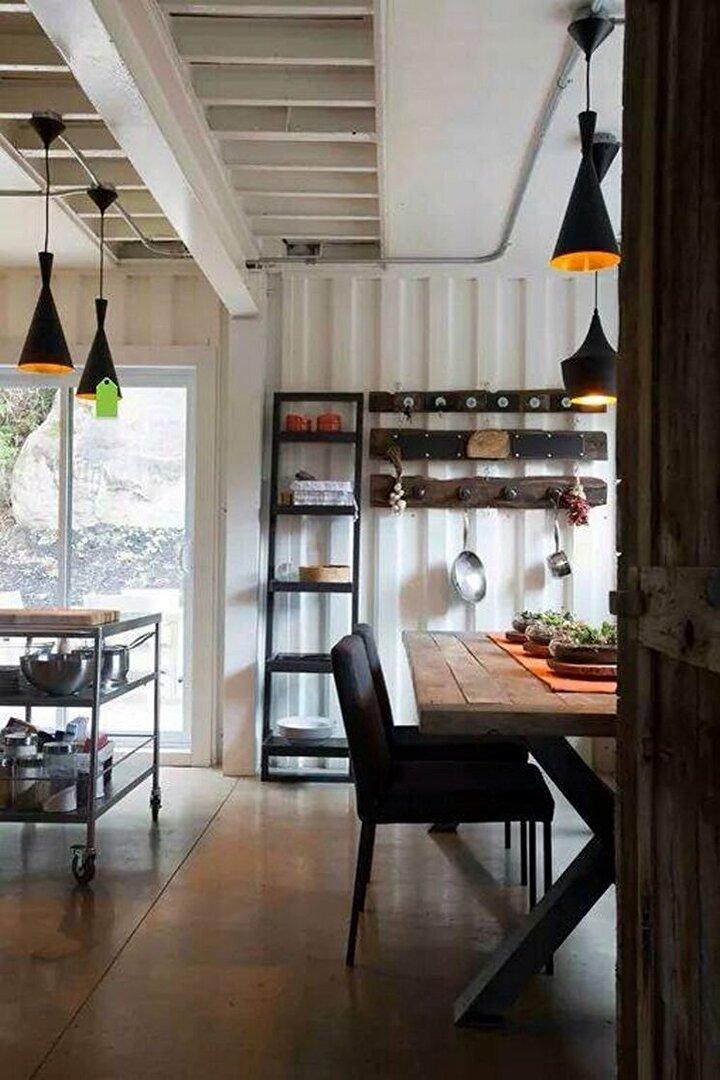 Oturma odası ve mutfak birleştirilerek daha geniş alan elde edildi.