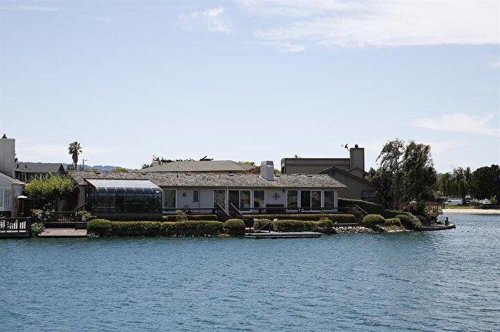 Nakıboğlu ailesi üzerine kayıtlı görünen lüks villa