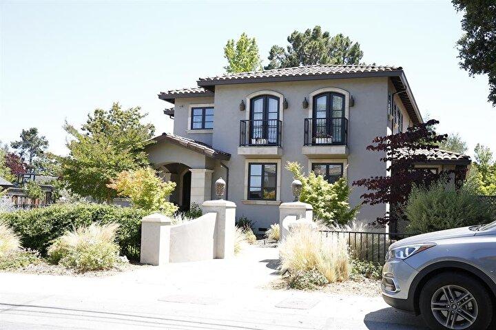 Osman ve Bahaeddin Nakıboğlu'nun şu anda kaldıkları kanal manzaralı villalarından önce oturduğu tespit edilen konut ise Los Altos semtinde bulunurken, buranın değerinin de yaklaşık 5,5 milyon dolar olduğu öğrenildi.