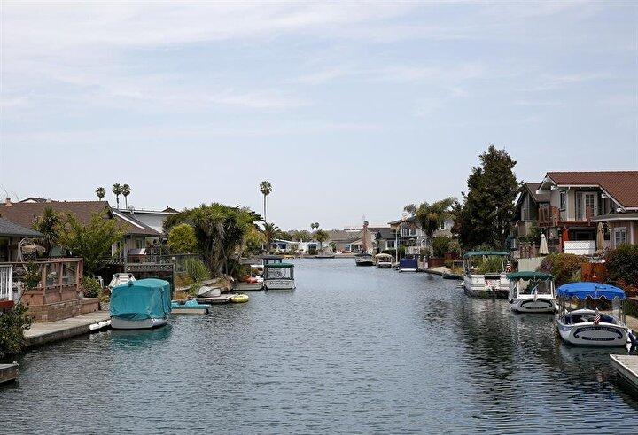 Lüks villaların bulunduğu semtte, San Francisco körfezine bağlanan ve üzerinde yapay adaların bulunduğu kanal yer alıyor.
