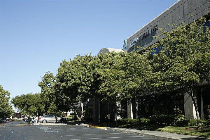 """Firari baba oğul, Silikon Vadisinde girişimcilere farklı büyüklük ve tipte lüks ofis ve toplantı mekanları kiralama işi yapan """"Innoworld"""" isimli şirketi yönetiyor."""