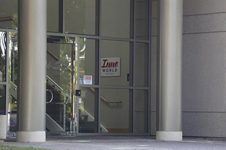 Lüks bir bölgede büyük bir bina içerisinde yer alan şirkette, internet kullanımından kahve yiyecek ikramına çeşitli hizmetlerin de verildiği özel ofislerin aylık kirası ise 1000 dolar civarında.