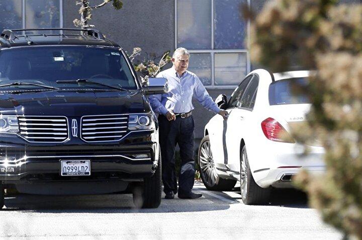 Firari Osman Nakıboğlu, Bay Area Kültür Merkezinden çıkışında beyaz renkli son model Mercedes aracına binerken görüntülendi.