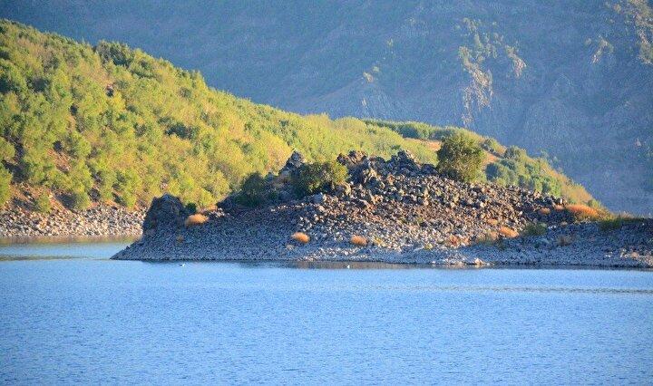 """Nemrut Krater Gölünü ziyaret etmek üzere bölgeye gelen doğaseverler, ilk defa gördükleri manzaraya hayran kalıyor. Martı Adasını ilk defa görmeye gelen doğaseverlerden Vedat Elma, """"Martı Adasının da içinde olduğu bu yer son derece muazzam bir yer. Burada inanılmaz bir doğa var, kuş sesleri, martı sesleri var. Burası gerçekten gezilip görülmesi gereken inanılmaz bir yer. Herkese gelip bu adayı ve güzelliği görmeyi tavsiye ediyorum dedi."""