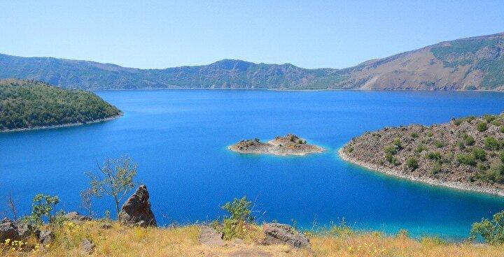 İsmini ev sahipliği yaptığı binlerce martıdan alan ada, harika doğası ve güzelliğiyle kendine hayran bırakıyor. Her yıl binlerce yerli ve yabancı turisti ağırlayan Nemrut Krater Gölünde yer alan ada, az sayıda kişi tarafından biliniyor.