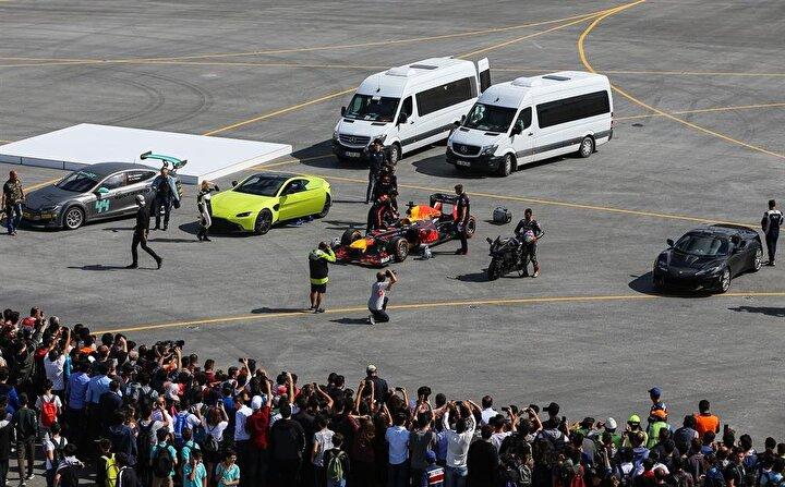 Resmi açılış öncesi İstanbul Yeni Havalimanının en büyük uçak pistlerinden birinde, birbirinden hızlı 7 araç aynı anda yarıştı ve ortaya inanılmaz görüntüler çıktı. Dünyanın en hızlı otomobillerinden Red Bull Racing Formula 1 yarış aracından SOLOTÜRK F16ya, özel jet Challenger 605, Aston Martin: The New Vantage, Lotus Evora 410 ve Kawasaki H2Rden teknoloji harikası Tesla PL 1000DLye kadar 7 sıra dışı araç, çeyrek mil boyunca birbiri ile yarıştı.