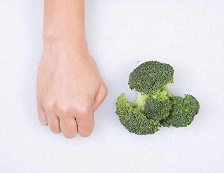 Brokoli için yumruğunuzla porsiyon ölçünüzü belirleyebilirsiniz.