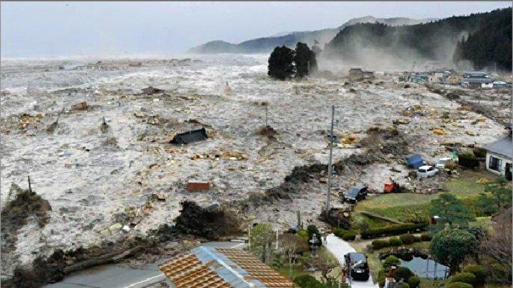 27 Ağustos 1883te Krakatau Yanardağının patlaması sonucu Endonezyada tsunami oluştu. Anjer ve Merak kasabaları yıkıldı. Hindistanın Mumbai kentinde denizin çekildiği ve Sri Lankada 1 kişinin öldüğü söylenen olay sonrası toplam 40 bin civarında can kaybına yaşandı. Bunların 2 bini volkanik patlama sonucu 38 bin ise tsunami nedeniyle öldü.