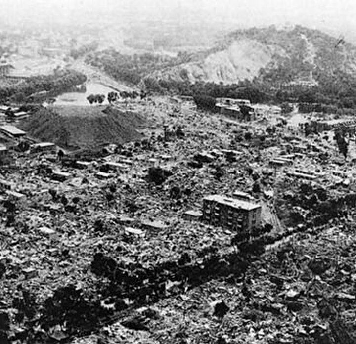 16 Aralık 1920 tarihinde Richter ölçeğine göre 8,5 büyüklüğünde bir depren nedeniyle Çin'in Kansu eyaletinde çok büyük bir toprak kayması yaşandı. İnsanların ne olduğunu bile anlamaya vakti olmadığı depremde 200 bin kişi tonlarca toprağın altında can verdi.