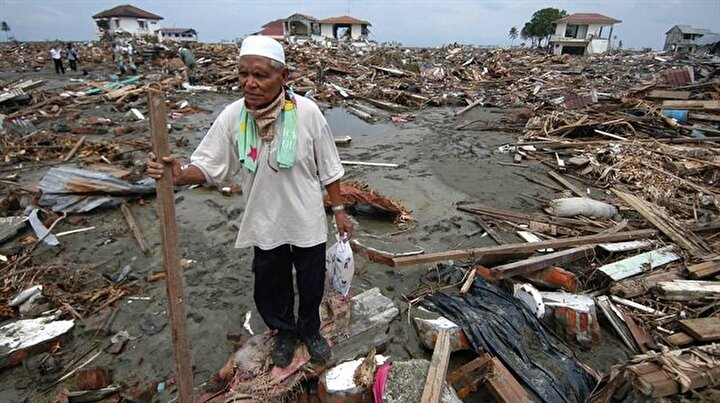 26 Aralık 2004te Hint Okyanusunda meydana gelen 9,3 büyüklüğündeki depremin neden olduğu tsunami 14 ülkeyi vurdu. Yüksekliği 30 metreyi bulan dalgalar yaklaşık 250 bin kişinin ölümüne neden oldu. Endonezyanın Sumatra Adası açıklarında, yerin 30 km derinliğinde meydana gelen deprem sebebiyle ABD, Birleşik Krallık ve Antarktikada bile su seviyesinde yükselmeler gözlemlendi. Dünya genelinde 10 milyar dolarlık maddi hasar oluştu.