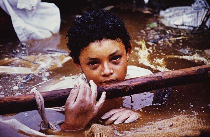 Bu doğal afet sonucu yaşanan trajediyi dünyaya Omayra isimli kız duyurdu. Omayra'nın belden aşağısı, patlayan yanardağ sebebiyle kayan toprakla birlikte gelen suyun altında kalmıştı ve biriken su da zaman geçtikçe daha da yükseliyordu.