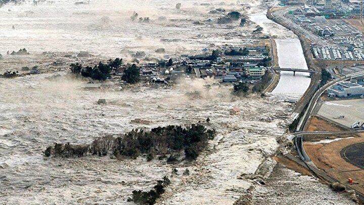 20 Eylül 1498 yılında Japonya'da tahmini olarak 8.3 büyüklüğündeki bir depremden bahsediliyor. Kii, Mikawa, Surugu, Izu ve Sagami kıyılarında tsunami dalgaları oluşunca en az 31 bin kişi hayatını kaybetti. Tsunami sonucunda Hamana Gölünü denizden ayıran kıyı ise tamamen yok oldu.